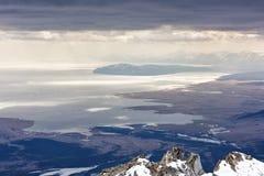 Lago Hovsgol da altura das montanhas overcast foto de stock