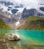Lago Humantay en Perú en la montaña de Salcantay en los Andes Fotos de archivo