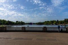 Lago Hyde Park a Londra, Inghilterra, Regno Unito fotografie stock libere da diritti
