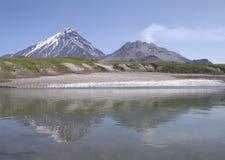 Lago ice en el pie de volcanes fotos de archivo
