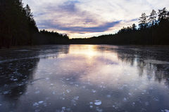 Lago idílico e gelado no por do sol Fotos de Stock