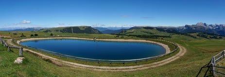 Lago idílico maravilhoso do cume em cume de siusi nas dolomites Imagem de Stock