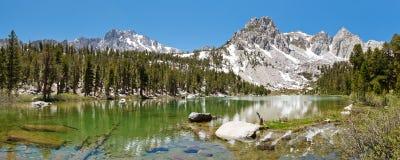 Lago idílico mountain imagens de stock