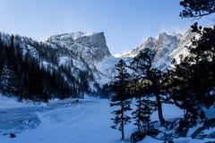 Lago ideal en los muertos del invierno foto de archivo