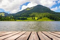 Lago idilliaco nelle montagne - Spitzingsee Fotografie Stock Libere da Diritti