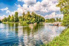 Lago Idillic dentro il parco di Gorkij, Mosca, Russia Immagini Stock Libere da Diritti