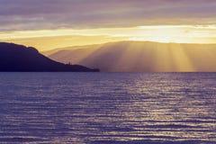 Lago il Distretto di Rotorua ad alba nuvolosa, Nuova Zelanda Immagine Stock