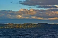 Lago il Distretto di Rotorua ad alba nuvolosa, Nuova Zelanda Immagini Stock Libere da Diritti