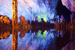 Lago illuminato in caverna Immagini Stock Libere da Diritti