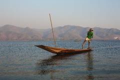 Lago Inle, Myanmar - 25 de febrero de 2014: Pescador Rowing His Boat encendido imagenes de archivo