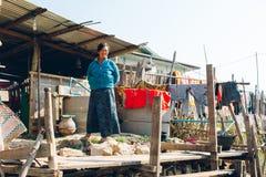 Lago Inle, Myanmar - 25 de fevereiro de 2014: Suporte fêmea burmese fora Fotos de Stock