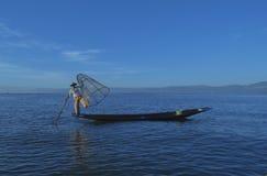 Lago Inle, Myanmar, el 14 de noviembre de 2014 - pescadores Imagenes de archivo