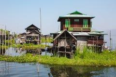 Lago Inle, Myanmar: 25 FEBBRAIO 2014: Case di legno del trampolo sui mucchi i fotografia stock