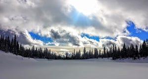 Lago innevato congelato con alba Immagini Stock