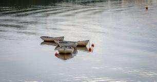 LAGO INSH, BADENOCH y STRATHSPEY/SCOTLAND - 25 de agosto: Barcos Imagen de archivo libre de regalías