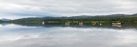 LAGO INSH, BADENOCH y STRATHSPEY/SCOTLAND - 25 de agosto: Barcos Fotos de archivo libres de regalías