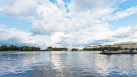 Lago interno Alster con la fontana nella città di Amburgo Immagine Stock
