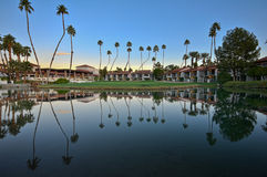 Lago intorno ad un verde di golf con le palme Immagine Stock