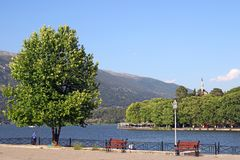 Lago Ioannina e de mesquita de Aslan Pasha paisagem Foto de Stock Royalty Free