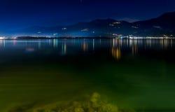 Lago Iseo por noche Foto de archivo