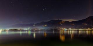 Lago Iseo por noche Fotografía de archivo
