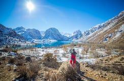 Lago Iskanderkul del invierno, montañas de Fann, Tayikistán Foto de archivo