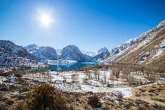 Lago Iskanderkul del invierno, montañas de Fann, Tayikistán Imagen de archivo libre de regalías
