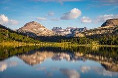 Lago island perto da passagem de Beartooth em Montana foto de stock royalty free
