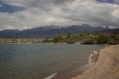 Lago Issyk-Kul en Kirguistán imágenes de archivo libres de regalías