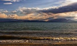 Lago Issyk-Kul en Kirguistán en la puesta del sol Fotografía de archivo