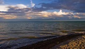 Lago Issyk-Kul nel Kirghizistan al tramonto Fotografia Stock