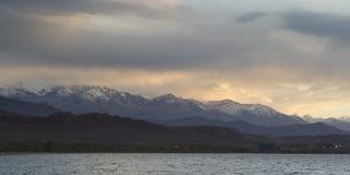 Lago Issyk-Kul por la tarde Kirguistán, Asia Central Fotos de archivo libres de regalías