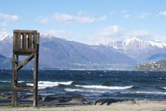 Lago italiano con las montañas y la ciudad del rescate Imagen de archivo libre de regalías