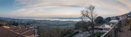 Lago italiano en la puesta del sol Vista aérea y panorámica del lago varese foto de archivo libre de regalías