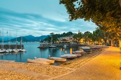 Lago italiano grande no alvorecer Lago Maggiore e Laveno com seu porto pequeno fotos de stock