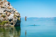 Lago Iznik em Turquia Os povos que saltam do penhasco Fotos de Stock Royalty Free