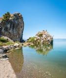 Lago Iznik en Turquía La gente que salta del acantilado Foto de archivo