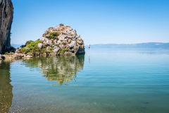 Lago Iznik en Turquía La gente que salta del acantilado Imagenes de archivo