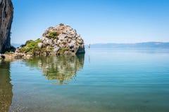 Lago iznik in Turchia La gente che salta dalla scogliera Immagini Stock