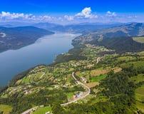 Lago Izvorul Muntelui spring da montanha, Romênia Fotos de Stock Royalty Free