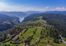 Lago Izvorul Muntelui spring da montanha, Romênia Foto de Stock