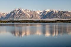 Lago Jackson Snow Capped Tetons Imágenes de archivo libres de regalías
