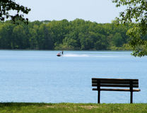 Lago, Jetski e banco Fotografia Stock Libera da Diritti
