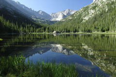 Lago jewel in montagne rocciose del Colorado Immagini Stock