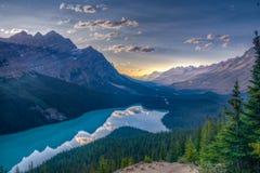 Lago justo antes de la puesta del sol - Jasper National Park - Canadá Peyto fotos de archivo