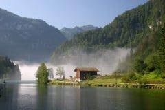 Lago Königssee della nebbia di mattina nelle alpi tedesche Fotografia Stock Libera da Diritti