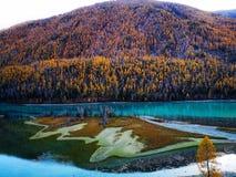 Lago Kanas en otoño imagenes de archivo