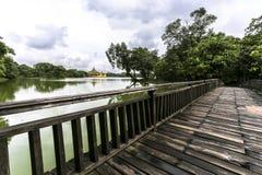Lago Kandawgyi también conocido como lago real en Rangún Myanmar Birmania Asia, este lago artificial, construido por los británic fotografía de archivo