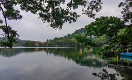 Lago Kandy no dia ensolarado em Sri Lanka foto de stock