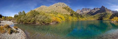 Lago Kardyvach en octubre Reserva caucásica de la biosfera Imagenes de archivo